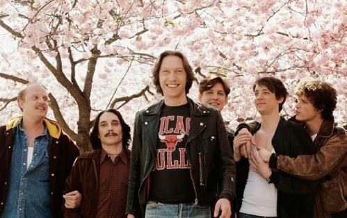 Image des 6 personnages de la série Snö. Ils sont sous les fleurs de cerisiers.